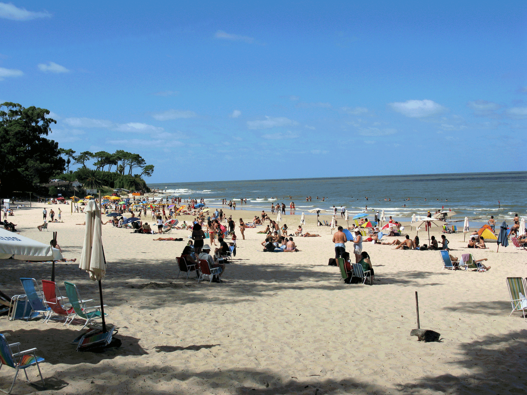 Atlántida's beach is right in town, convenient to everything